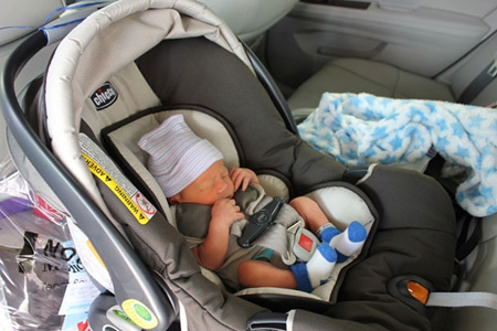 Ребенок 2 месяцев в автолюльке фото